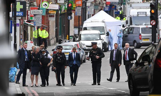 Sicherheitskräfte klären den Londoner Bürgermeister, Sadiq Khan (m.), über den Hergang des Terrorattentats auf. Die Angreifer ermordeten sieben Menschen.