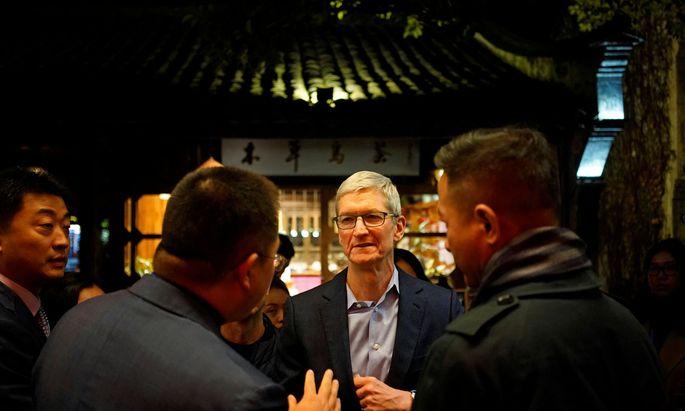 Apple-Chef Tim Cook arrangiert sich mit dem Regime in Peking, um das Wachstum seines Konzerns nicht zu gefährden.