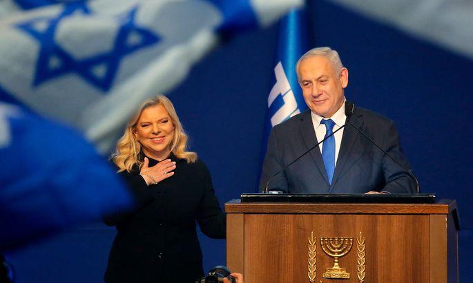 Ein Triumph für Sara und Benjamin Netanjahu, trotz aller juristischen Probleme für den Premier.