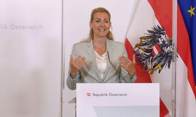 Arbeitsministerin Christine Aschbacher kündigt Bildungsbonus für Arbeitslose an
