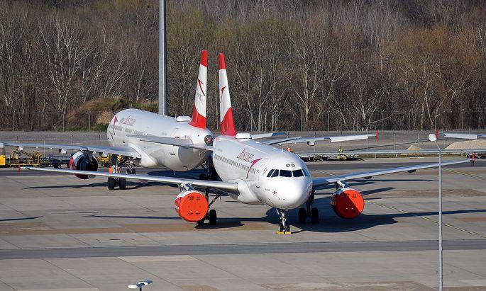 Nach wochenlangen Verhandlungen ist das Rettungspaket für die AUA nun fix. Im Bild: AUA-Maschinen in Wien-Schwechat während des Corona-Lockdowns.
