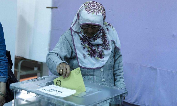Referendum in der Türkei: Eine Frau gibt ihre Stimme ab