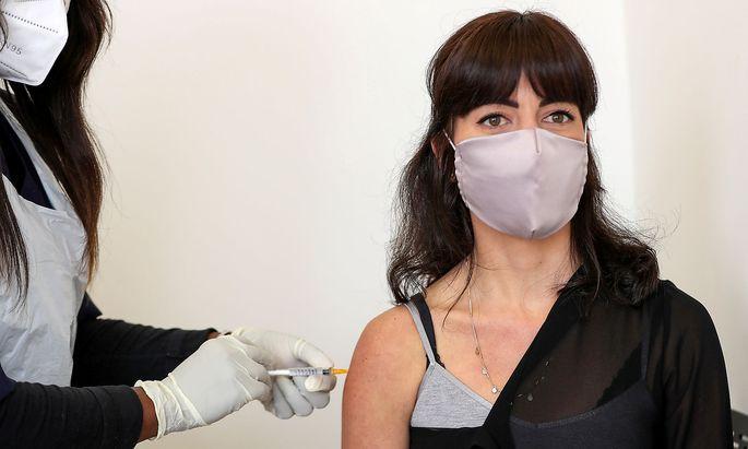 Wer darf, wer muss sich impfen lassen? Im Bild eine Teilnehmerin einer Impf-Studie in Südafrika (Archivaufnahme).