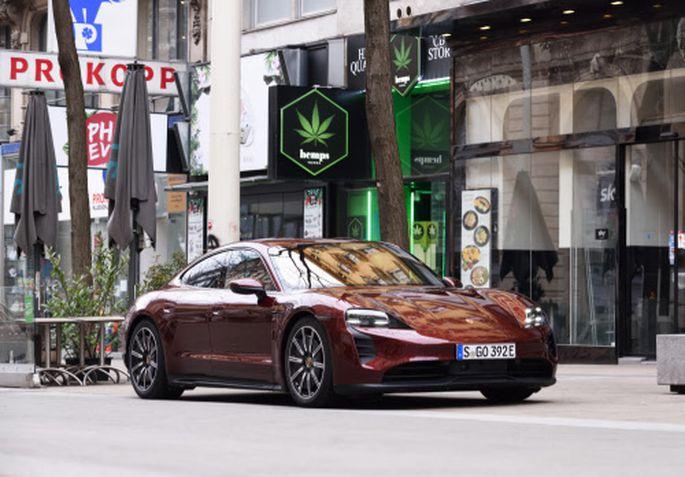 Gerade noch geduldet in der Begegnungszone: Porsche Taycan in der günstigeren Ausführung mit Heckantrieb. Relativ halt.
