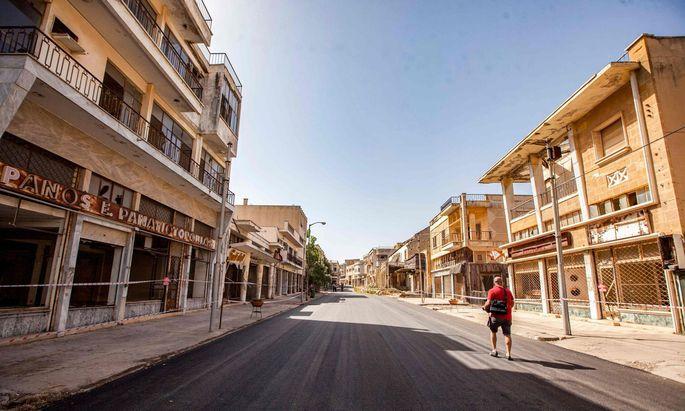 TOPSHOT-RUINE. Famagusta, insbesonders das Strandviertel, war mit 100 Hotels und 10.000 Betten in den frühen Siebzigerjahren ein Symbol des blühenden zyprischen Tourismus.-TURKEY-POLITICS-VAROSHA