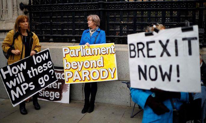 Für Pro-Brexit-Demonstranten heißt es: Bitte noch warten.