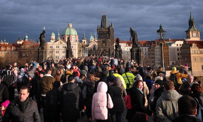 Prag hat mit Touristenmassen zu kämpfen.