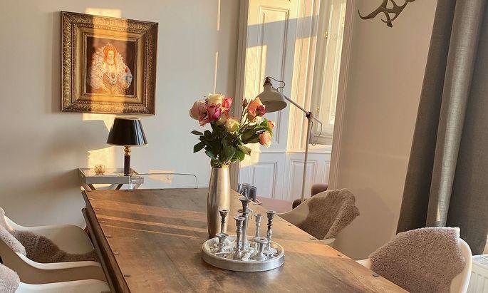 In der Wohnung der Designerin Sarah Wirths mischen sich alte Elemente mit modernen Stücken.