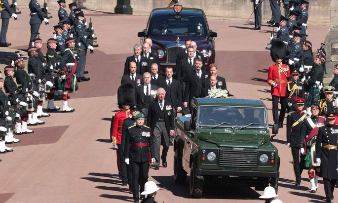 Der Sarg von Prinz Philip wird auf den speziellen Land Rover transportiert