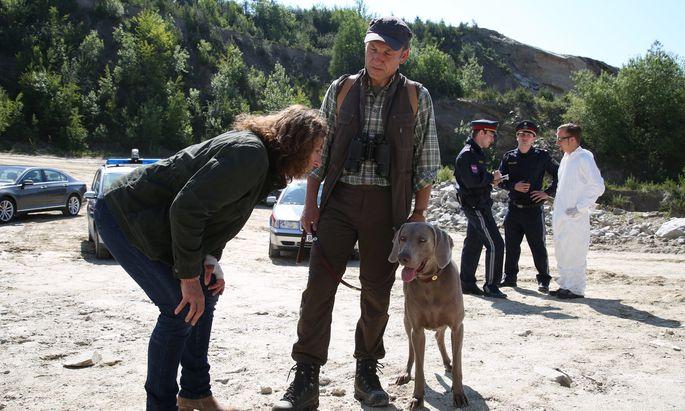 Bibi Fellner (Adele Neuhauser) versucht, einen wichtigen Zeugen zu befragen: Leider ist der Hund, der das Mordopfer gefunden hat, wenig gesprächsbereit.