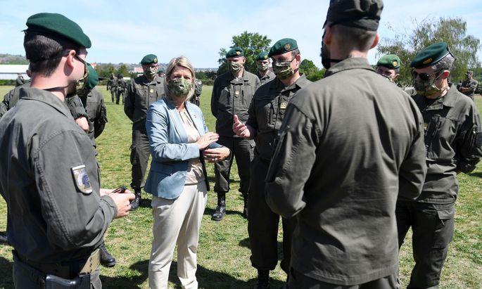 Verteidigungsministerin Klaudia Tanner zwischen Milizsoldaten.