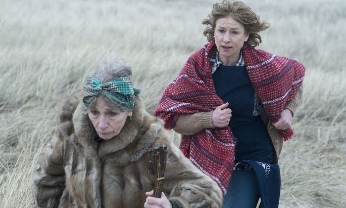 Eva, großartig gespielt von Corinna Harfouch, hetzt ihrer Mutter nach, die wieder einmal ausbüchsen will.