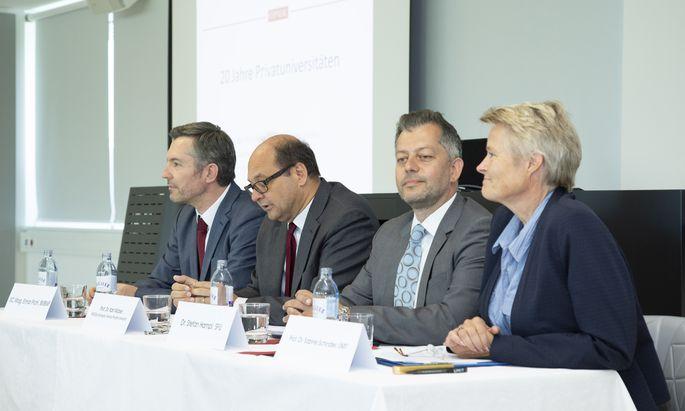 Zogen bei einem Event an der Sigmund-Freud-Privatuni Bilanz über 20 Jahre Privatuniversitäten (v. l. n. r.): Elmar Pichl (BMBWF), Karl Wöber (Öpuk, Modul-University), Stefan Hampl (Öpuk, SFU), Sabine Schindler (Öpuk, Umit).