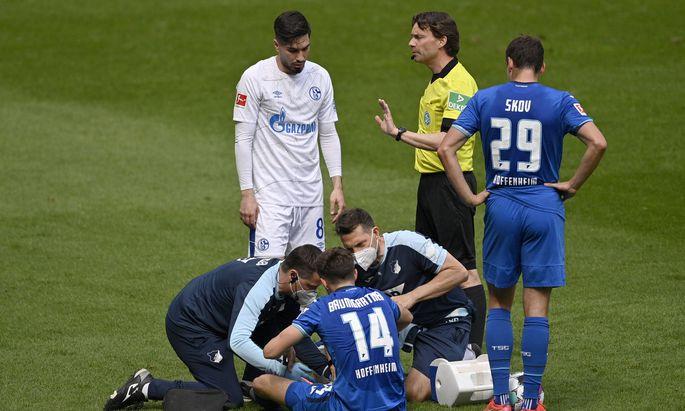 Schiedsrichter Guido Winkmann zeigt Suat Serdar FC Schalke 04 ( 08) gelbe Karte, Gelb, Verwarnung wegen Foul an Christo