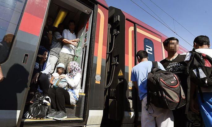 Per Bahn: Flüchtlinge auf dem Weg nach Deutschland