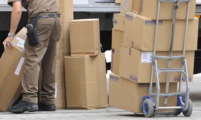 Kampf gegen Dumpingloehne bei Paketboten Archivfoto UPS Paketzusteller bei der Arbeit Paketbote Un