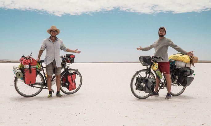 Mit dem Fahrrad nach Australien: Elf Monate waren Andreas Buciuman (l.) und Dominik Bochis unterwegs.