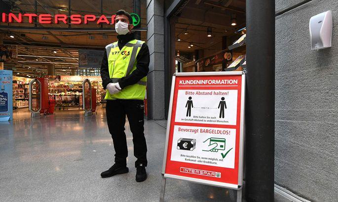 Security-Mitarbeiter sind ob ihrer erweiterten Tätigkeitsfelder dieser Tage sehr präsent.