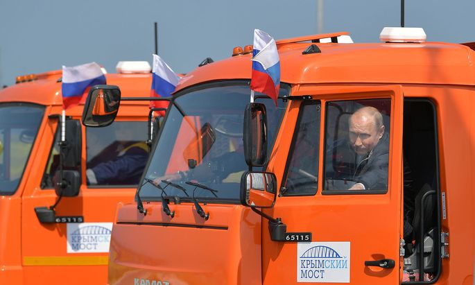 Trucker und Präsident Putin bei der Eröffnungsfahrt der neuen Brücke auf die annektierte Halbinsel Krim, die der EU ein Dorn im Auge ist.