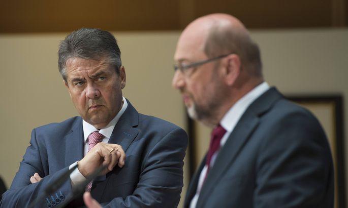 In einem Jahr von Freund zu Parteifreund zu Parteifeind. Sigmar Gabriel (l.) stahl als Außenminister Martin Schulz, dem SPD-Chef und Kanzlerkandidaten, zunehmend die Show. Gabriels Verzicht hatte ihn erst dazu gemacht. Jetzt manövrierte ihn Schulz als Außenminister aus – und Gabriel schlug zurück.