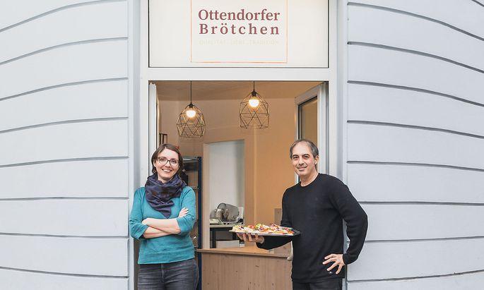 Birgit Ottendorfer und Yilmaz Kocaman vor dem Eingang ihrer Brötchenmanufaktur