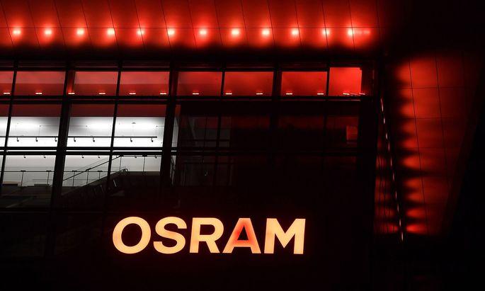 Unternehmen Osram Licht AG Osram Logo Schriftzug bei Nacht Firmenlogo an der Zentrale von OSRAM i