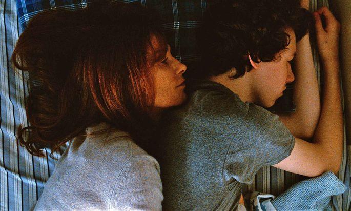 Der Freitod der Mutter (Isabelle Huppert) hinterlässt ein Loch im Leben des Teenagers Conrad (Devin Druid) und seiner Familie.