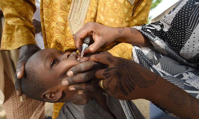 Impfung eines Kindes gegen Polio in Nigeria. Impfkampagnen wurden in vielen Ländern unterbrochen.