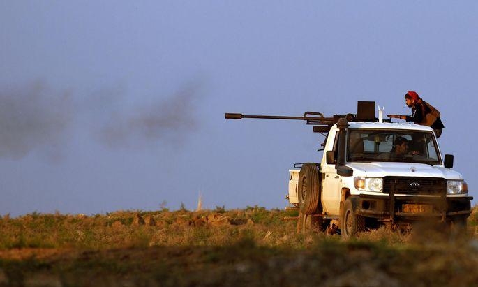 Kampf um den Norden Syriens. Kurdische YPG-Kräfte sind auf der Straße nach Tal Tamr gegen protürkische Milizen im Einsatz.