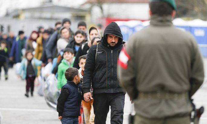 Wenn Flüchtlinge (am Bild Asylwerber im Jahr 2016 an der Grenze in Spielfeld) nach Österreich kommen, entscheidet als erstes das Bundesasylamt über sie.
