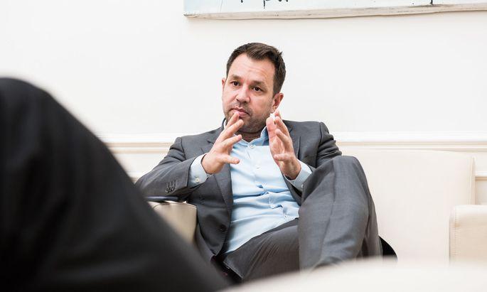 """Öbag-Chef Thomas Schmid scherzte in den neu ausgewerteten Chatnachrichten über Flüchtlinge und sprach davon, den Betriebsrat """"abdrehen"""" zu wollen."""