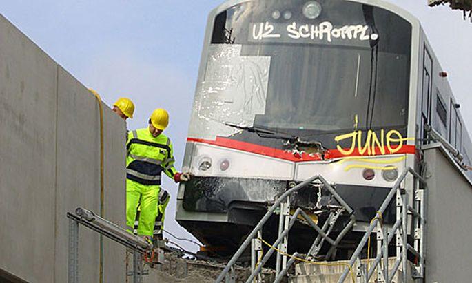 Im ersten Anlauf war wegen Windböen die Bergung der U-Bahn gescheitert.