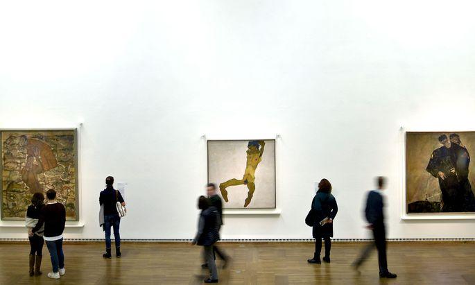 """Schiele in all seiner Wucht und all seinen (Doppel-)Rollen: Links die """"Entschwebung"""", rechts die """"Eremiten"""", in der Mitte als Selbstakt."""