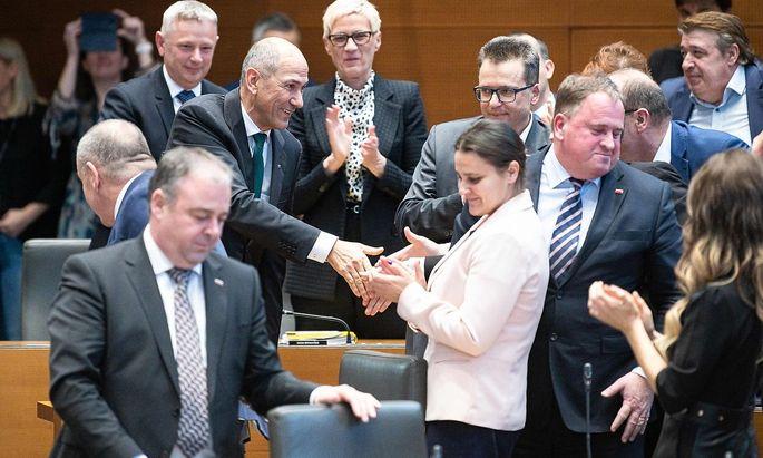 Janez Janša nimmt nach erfolgreicher Wahl im Parlament in Ljubljana Gratulationen entgegen.