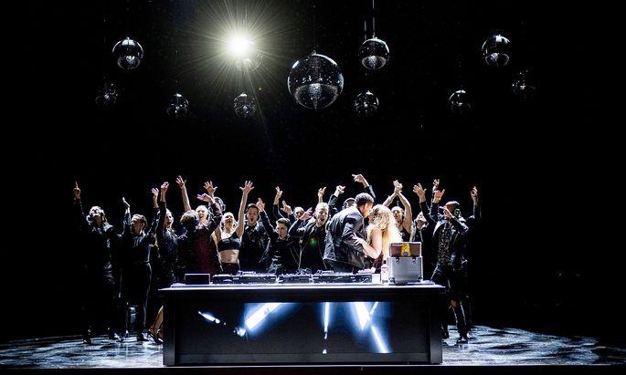 Party unter Discokugeln: Der Regisseur lässt die Entwicklung bei einer Castingshow starten.