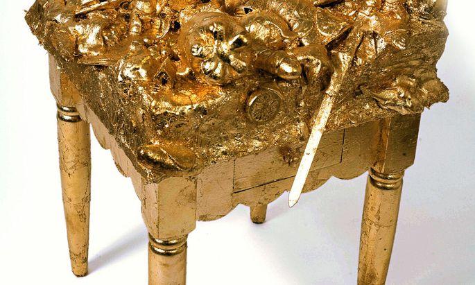 """Es ist wohl Gold, was glänzt: John Millers Müllhocker """"Verliebt in Berlin"""" in der Galerie Emanuel Layr (Ausschnitt)."""