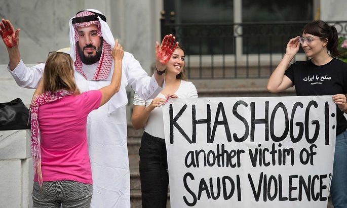 Ein Bild einer Protestaktion in der Türkei, der saudische Kronprinz wird mit Blut an den Händen dargestellt.