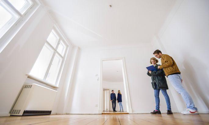 Gestellte Aufnahme zum Thema Wohnungsbesichtigung Menschen schauen sich eine Altbauwohnung an Berl