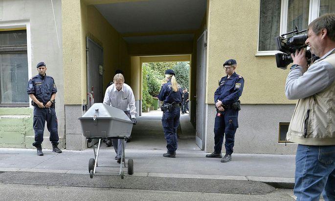 Archivbild: Die Leiche wird am 18. September vom Tatort abtransportiert
