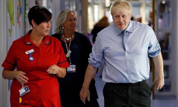 Vor seiner diplomatischen Offensive besuchte Johnson am Montag noch das Royal Cornwall Hospital in Truro, um seinen Einsatz für das britische Gesundheitssystem zu dokumentieren