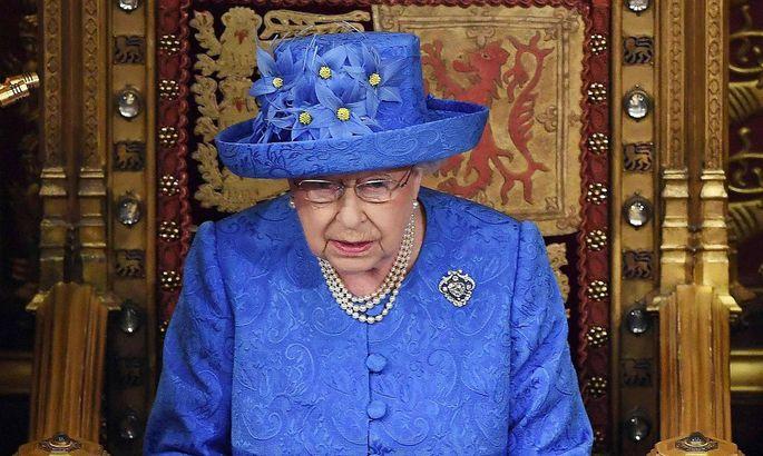 Queen's speech im Parlament - der blau-gelbe Hut erinnert an die EU-Flagge