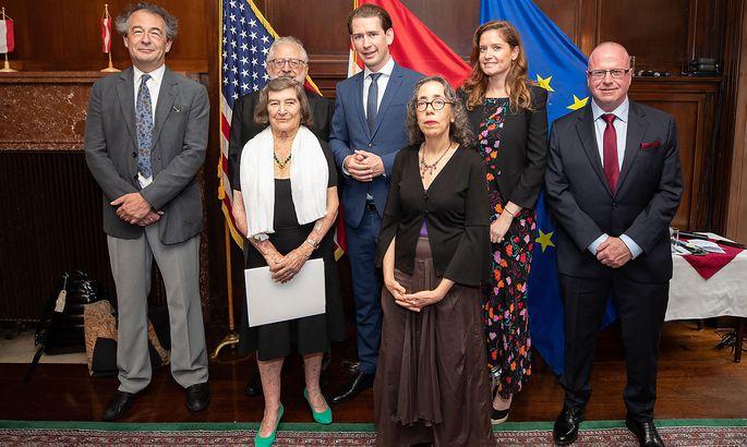 Die 92-jährige Evelyn Konrad und Nachfahren jüdischer Emigranten erhielten beim Besuch von Kanzler Kurz die Staatsbürgerschaft verliehen.