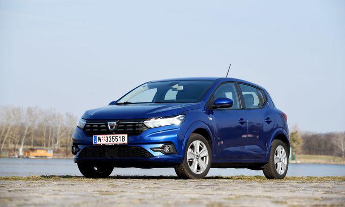 Iron-Blau schmückt diesen erfrischend zu fahrenden Dacia Sandero, dessen Motor Turbo hat und dessen Innenraum einfach, aber wohnlich ist.