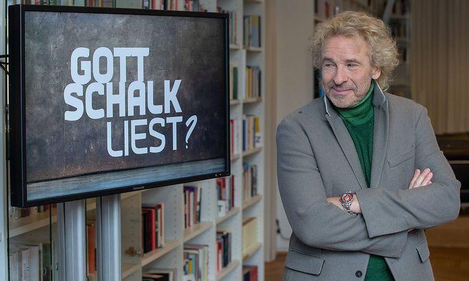 """Thomas Gottschalk und der Schriftzug für seine neue Literatursendung """"Gottschalk liest?"""" im Bayerischen Rundfunk."""