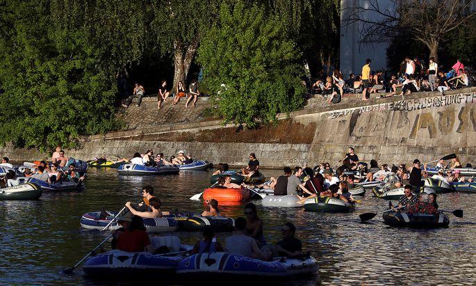 Am Landwehrkanal in Berlin war am sommerlichen Samstag einiges los.