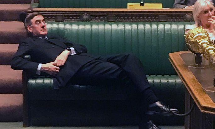 Der konservative EU-Gegner Jacob Rees-Mogg mag während der Unterhausdebatte noch immer von einem raschen Brexit träumen, mittlerweile steht aber die nächste Verlängerung im Raum.