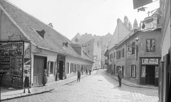 Straßenzüge, die auch in einem Weinviertler Dorf nicht unangenehm auffallen würden: Wien Alsergrund, 1903, Fechtergasse in Richtung Liechtensteinstraße.