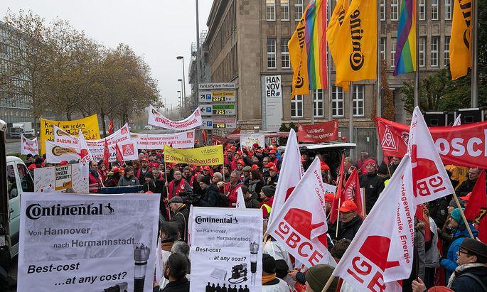 Hannover, 20.11.2019. Gewerkschaftler der IG-Metall demonstrieren vor dem Gebaeude der Continental AG. Die IG-Metall hatt