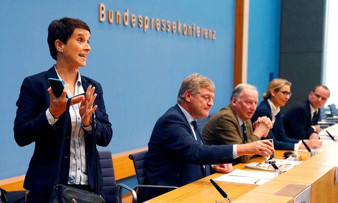 Da geht sie hin. Frauke Petry wird nicht mehr lange AfD-Chefin sein, der Fraktion will sie nicht angehören.