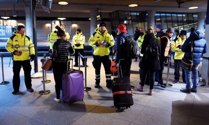 An den Bahnstationen wird wieder jeder einzelne Pass kontrolliert. Die Zeit der ungehinderten Reisefreiheit zwischen Dänemark und Schweden ist vorerst vorüber.